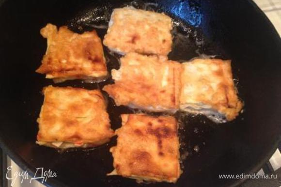 Каждый кусочек обмакнуть в яйце и обжарить на сковороде, смазанной растительным маслом, с 2-ух сторон.