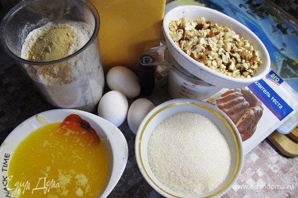 Используем стакан емкостью 250 мл. Масло необходимо растопить. Орехи измельчить, но не в крошку. К муке добавить, ванилин, разрыхлитель и цедру. Если мед твердый, растопить его в микроволновке или на водяной бане. Кстати, мёд удобно растапливать вместе со сливочным маслом.