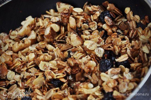 Добавить изюм и орехи, мед, тщательно перемешать. Остудить и подавать к столу.
