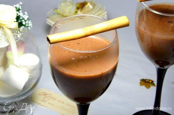 Соедините вино с шоколадным молоком, разлейте по бокалам и наслаждайтесь! Приятного и уютного вечера!