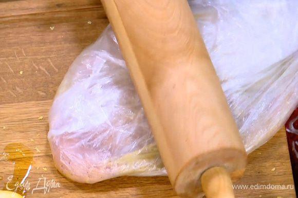 Куриную грудку смазать со всех сторон маринадом, поместить в пакет и отбить.
