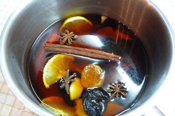 Также в кастрюлю идут промытые кусочки имбиря, сухофрукты, ломтики лимона и апельсина, добавляем специи (корицу, гвоздику, бадьян).