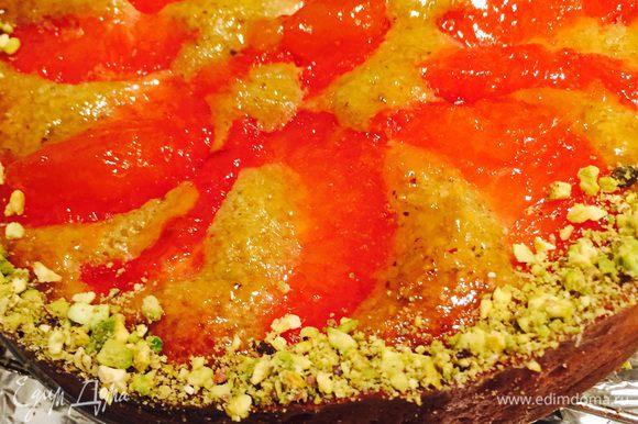 Для блеска покрываем наш и без того красивый тарт глазурью (просто покипятим абрикосовое варенье с водой) и посыпаем фисташками. Он такой сочный, грейпфрут с фисташками просто фантастично!
