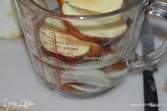 В специальное для СВЧ блюдо выложим очищенное красное яблоко, порезанное на части, стакан воды, половинку луковицы, порезанную крупно, палочку корицы поломать на две части. Поставим в СВЧ на 5 мин.