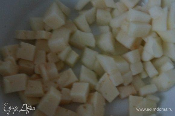 Яйцо отварить, грушу очистить от кожуры. Нарезать ветчину, сыр, грушу и яйцо одинаковыми мелкими кубиками.