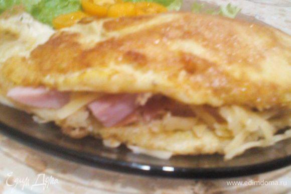Сыр внутри расплавится от горячего омлета, мммм! Bon appetit!
