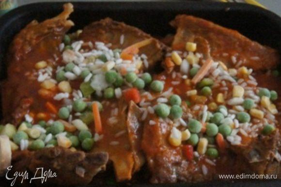 Духовку разогреть до 180°C. В форму для запекания выложить половину овощей (у меня была смесь с грибами), ребрышки, остальную смесь. Залить все соусом в котором тушилось мясо. Тушить в духовке около 45 минут.