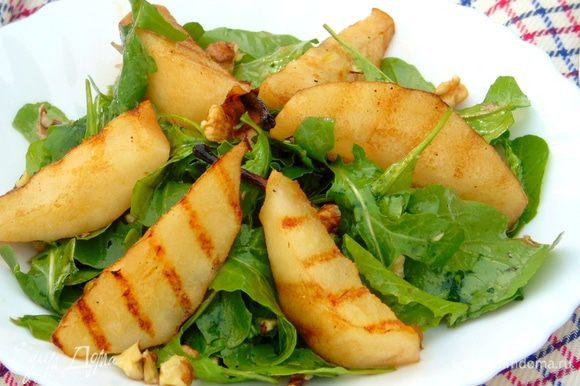 На тарелку выкладываем рукколу, сверху грушу и подаем. Приятного аппетита!!