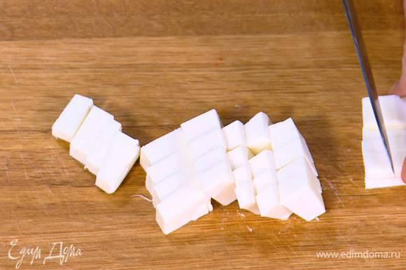Половину феты нарезать небольшими кубиками.