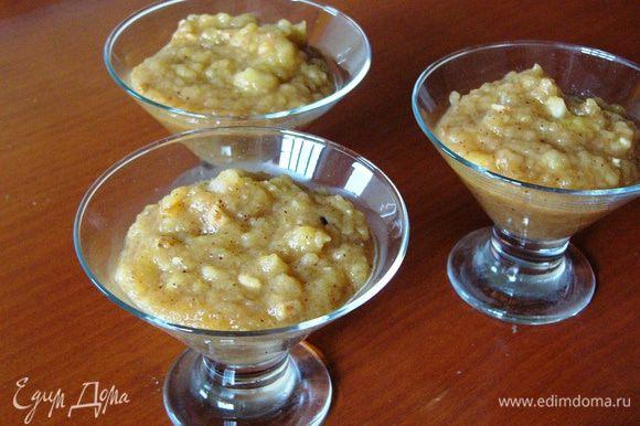 Раскладываем подготовленное яблочное пюре по небольшим стаканчикам или розеткам, заполняя примерно на 2/3.