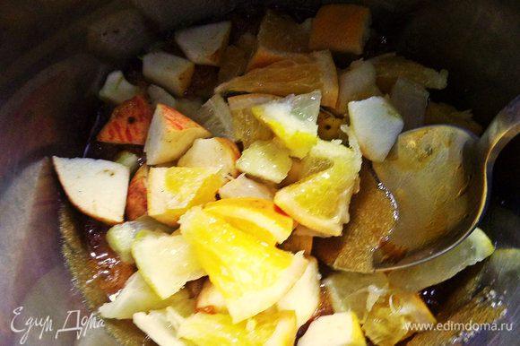 Высыпаем фрукты к карамельному сахару.