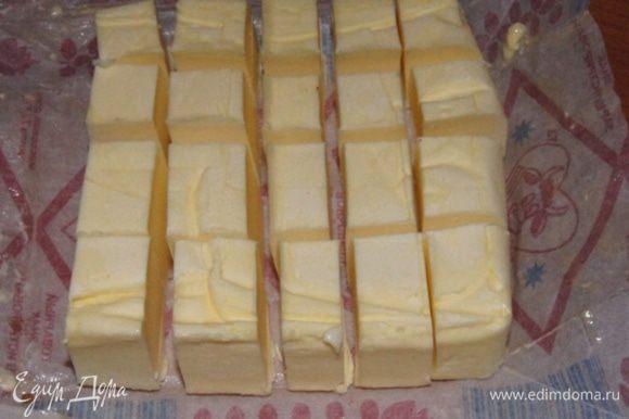 Сливочное масло достать за 30 минут до готовки и порезать кубиками.