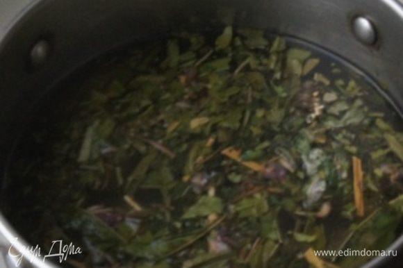 Сухие травы (зверобой, душица и мята) засыпать в кастрюлю, залить кипятком. Оставить настояться на 10 минут. Отвар процедить.