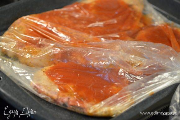 Переложить в пакет или в рукав для готовки и залить смешанным кетчупом с водой и сухими специями. Закрыть, сделать 4 надреза сверху в разных местах. Поставить в разогретую духовку на 180°С на 40-45 минут.