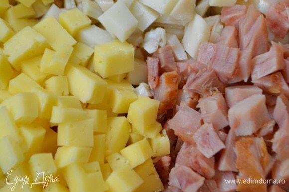 Кальмары помыть, почистить, отварить в подсоленной воде примерно 2-3 минуты. Остудить и нарезать кубиками. Сыр и курицу также нарезать кубиками.