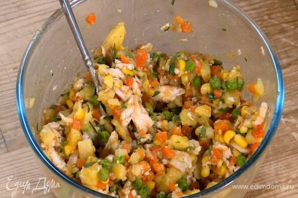 Картофель соединить с нарезанной курицей, добавить чатни манго, пасту карри, овощную смесь, петрушку, посолить и поперчить, все перемешать.