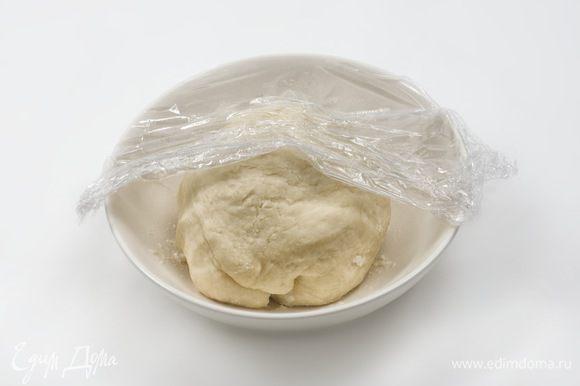 В муку добавить соль и горячую воду. Замесить мягкое и эластичное тесто, завернуть его в пищевую плёнку и отложить его примерно на 40 минут, пока не приготовится начинка.