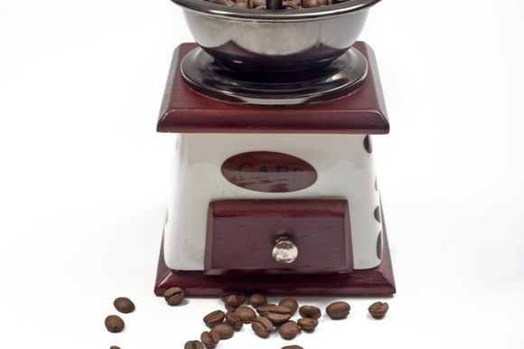 В кофемолке измельчить кофейные зерна.