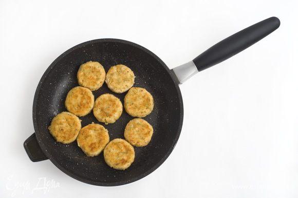 В сковороде разогреть растительное масло. Обвалять каждый шарик в муке, затем обмакнуть в взбитое яйцо, после в панировочные сухари. Обжарить до золотистого цвета (по 3-5 минуты с каждой стороны).