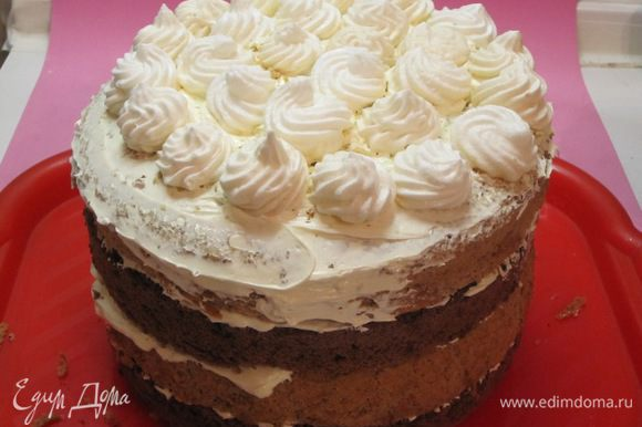 Верх торта смазать кремом, выложить часть безе.