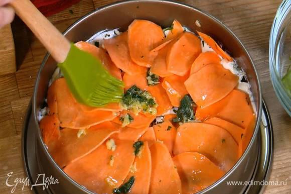 С помощью кисточки смазать запеканку пряной смесью и посыпать оставшимся сыром.