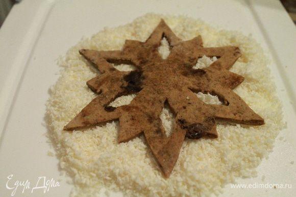 """Для того, чтобы сделать """"пушистые"""" снежинки, я по контуру рисовала айсингом и переворачивала снежинку на кокосовую стружку."""