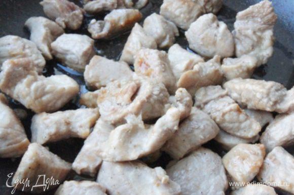 Мясо промыть, просушить и порезать кусочками. Поперчить, солить не нужно. Обжарить на растительном масле, в течении 5-7 минут.
