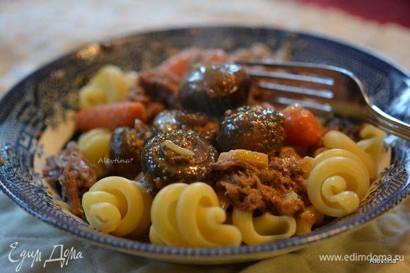 Подаем с готовым гарниром как итальянская паста или картофельным пюре. Приятного аппетита.