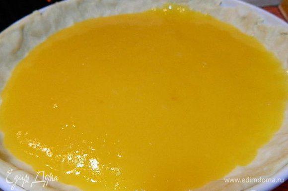 На тесто вылить начинку (начинка не должно быть жидкое, но и не сильно густое!). Выпекать при температуре 180°С 25 минут. Взбить белки с 1 стаканом сахара в белую устойчивую пену. Вытащить пирог и выложить сверху безе. Запечь еще 15 минут.