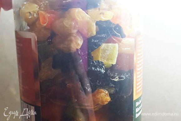 Изюм, цукаты, чернослив и курагу замочить в коньяке (можно использовать ром или бренди), оставить на несколько часов, а лучше на ночь.