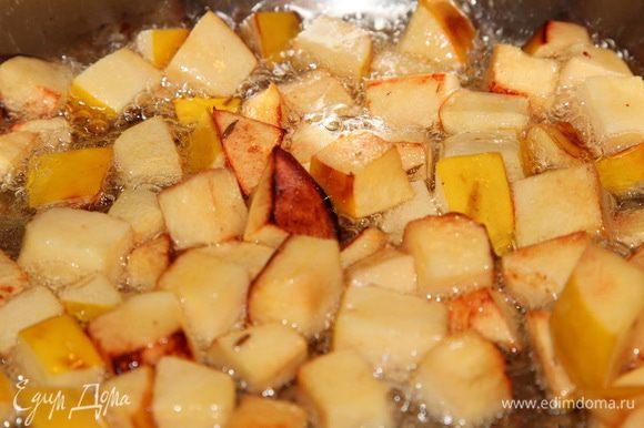 Растительное масло прогреваем, у кого есть казан — в казане, я в кастрюле с толстым дном. Морковь нарезаем соломкой, лук полукольцами, с чеснока снимаем шелуху и вырезаем корни. В прогретое масло добавляем айву, нарезанную кубиком (вынимаем шумовкой из воды, воду не выливаем, она нам пригодится), щепотку соли и зиру. Поджариваем до золотистого цвета айвы.