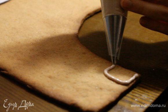 Дальше с помощью глазури или мастики украшаем наше изделие по желанию. Если вы используете мастику, то приклеивать ее нужно также на глазурь. Для украшения я использовала: мармеладные мишки, конфету-трость. Из мастики: сова, носочки, подарки, подушки и лошадка Из глазури: венки, елочная гирлянда, защитный экран камина, кирпичная кладка, пламя сделано из растопленных карамелек.