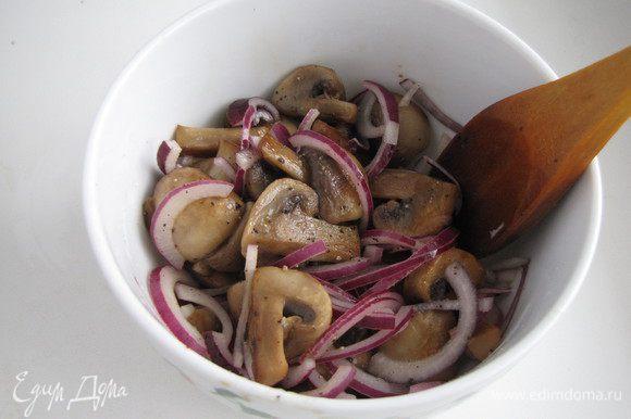 Готовые шампиньоны выложить в миску, посолить, поперчить, добавить мелко нарезанный зубчик чеснока и красный лук, нарезанный тонкими полукольцами. Добавить несколько капель уксусной эссенции. Все хорошо перемешать и оставить остывать.