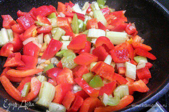 В этой же сковороде обжарить овощи, по необходимости добавить масло.