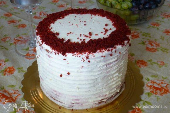 Из обрезков бисквита я сделала крошку и украсила ею торт. Готовый торт убираем на ночь в холодильник (или хотя бы на 4-6 часов). Ему необходимо пропитаться кремом. Ярких и вкусных праздников, друзья!
