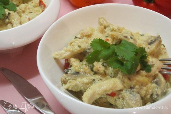 Разложить по тарелкам. На гарнир можно подать рис, гречку, картофельное пюре, хоть оно и не имеет отношения к французской кухне.