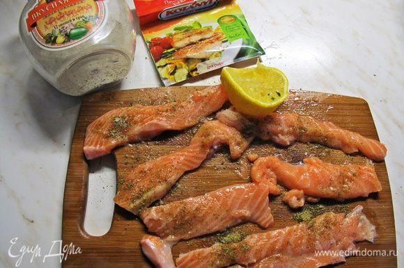 """К обеим нарезкам применяем правило трёх """"П"""" для рыбы — подкислить, поперчить (я использую специи для рыбы), посолить."""