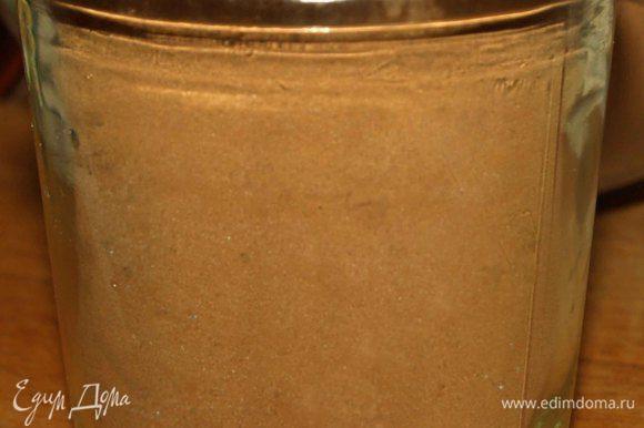 Берем чистую стеклянную баночку и наполняем ее шоколадной смесью.