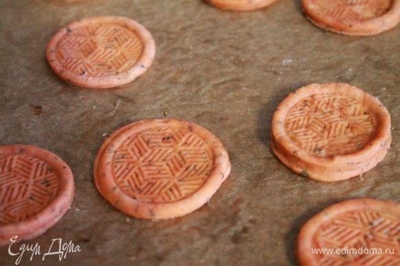 Разогреваем духовку до 180°C. Тесто раскатываем примерно до 2 мм и вырезаем формочкой крекер. Каждый крекер накалываем вилкой и оправляем в духовку на 10-12 минут.