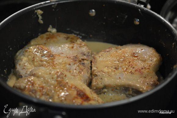 Добавить горчицу крупнозерновую, сливки и перемешать. Вернуть свиные отбивные. Раз перевернуть. Если жидкость у вас испарится добавить немного воды или бульона.