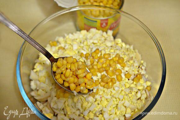 В салатнике соединить кальмары, сельдерей, яйца, лук, добавить консервированную кукурузу и перемешать.