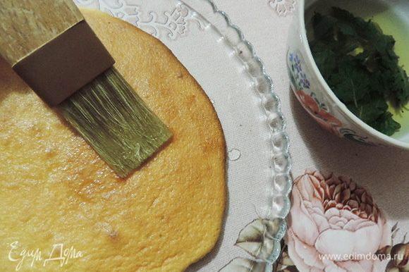 На блюдо выкладываем пласт бисквита застывшим шоколадом вниз. Этот шоколад не даст бисквиту полностью размокнуть и вытечь сиропу. Обильно пропитываем бисквит приготовленным и остывшим мятным сиропом.