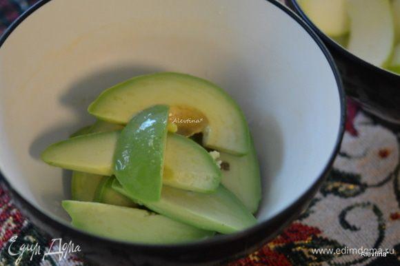 Авокадо очистить и порезать крупно дольками. Сбрызнуть яблоко и авокадо лимонным соком.