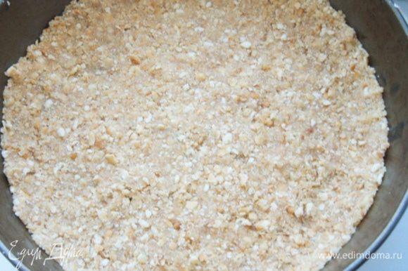 Сделать песочную основу: смешать измельченный крекер и растопленное сливочное масло. Утрамбовать основу в форму и убрать на 30 минут в холодильник. У меня форма 26 см.