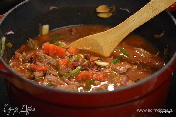 Добавить 1-2 стакана воды, так чтобы овощи и говядина были полностью покрыты, перемешать, закрыть крышкой и тушить 1,5-2 часа.