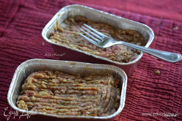 Используем формы порционные фольговые или одну хлебную форму. Распределить фарш.