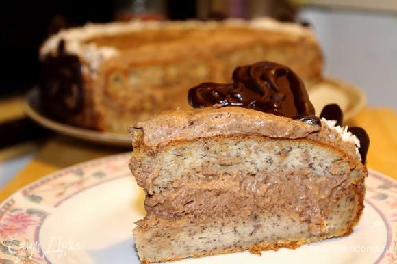 Достать торт, разрезать и наслаждаться его нежным, бананово-шоколданым сладким вкусом :) Приятного аппетита!