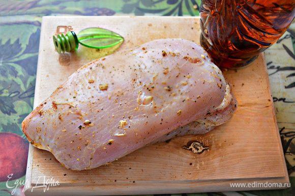 Острым ножом сделайте на филе неглубокие надрезы и вложите в каждый по ломтику чеснока. Смажьте, слегка массируя, индейку специями.