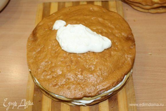 Собрать коржи, промазав их кремом. Украсить торт по желанию и отправить в холодильник на ночь.