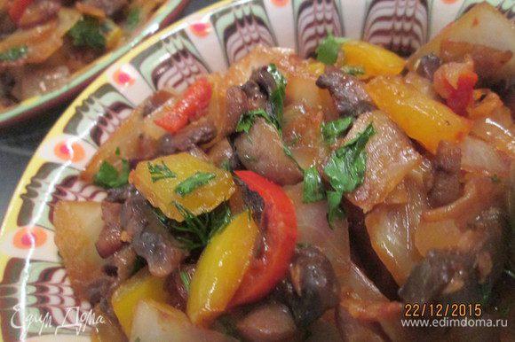 Наш капуста готова! Можно подавать к столу. Капуста с грибами может вполне быть самостоятельным блюдом.